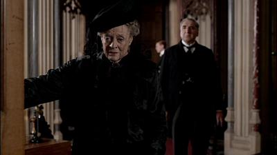downton-abbey-s3e4-dowager-countess-in-morning-x-400