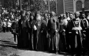 Clergy_and_Wanderer_Monk_in_Sarov_Monastery